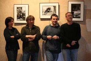 Quatre des cinq photographes de l'exposition (photo : Filip Supera)